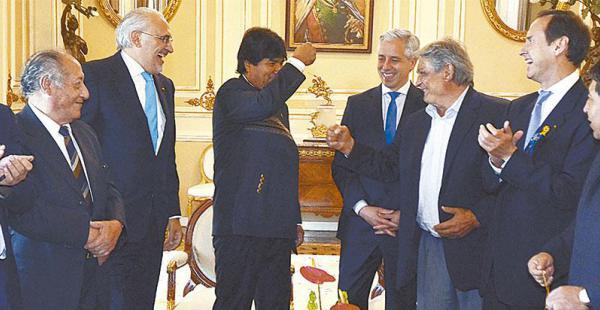 política  de estado la demanda marítima es lo único que une a  los expresidentes y al actual El encuentro donde se dieron la mano y bromearon hace un año, en Palacio Quemado