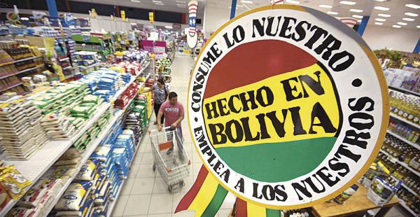 En las salas de venta de los supermercados Hipermaxi se han habilitado espacios para promocionar y vender productos con sello nacional