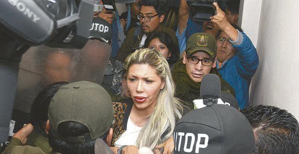 diferentes versiones el gobierno insiste en que zapata falsificó documentos La expareja del presidente Morales acudió ayer ante un juzgado del menor