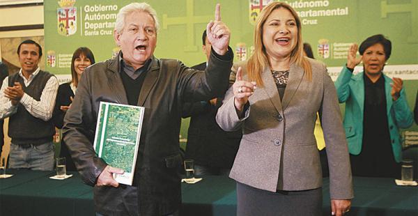 En medio de gritos de ¡autonomía!, el gobernador Rubén Costas recibió de manos de la presidenta de la asamblea, Kathia Quiroga, el estatuto