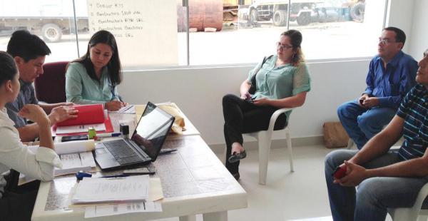 Personal de la Alcaldía trabajando en la selección de empresas que se postulan para el mantenimiento de rutas vecinales
