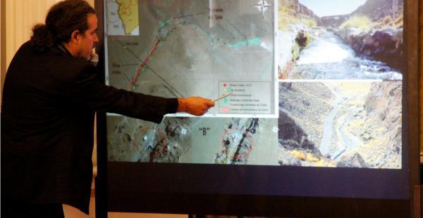 El vicecanciller explica con ayuda de imágenes satelitales las zonas bolivianas donde nace el manantial Silala