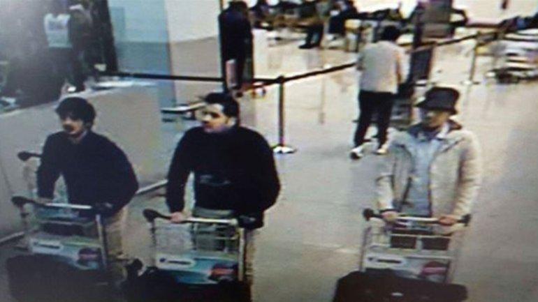 Una cámara de seguridad captó al hombre del sombrero en compañía de los dos terroristas que se inmolaron en el aeropuerto de Bruselas