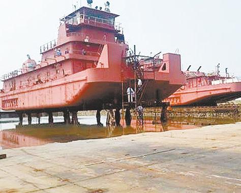 Visita. Una inspección llevada a cabo en 2015 a las barcazas que fueron fabricadas en China para Enabol.