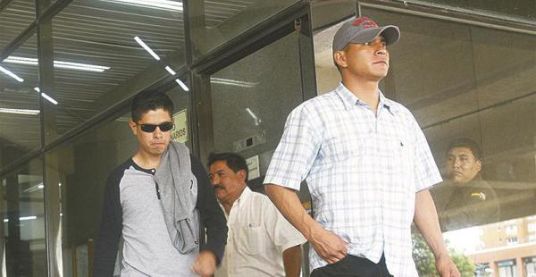 Después de la audiencia los dos subtenientes se retiraron del Palacio de Justicia sin hablar con la prensa