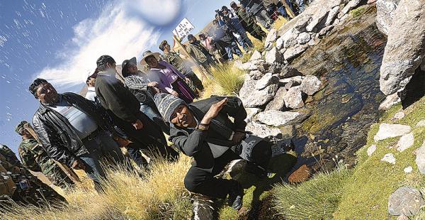 El presidente Evo Morales acudió ayer al Silala; tomó agua y ratificó un proceso a Chile