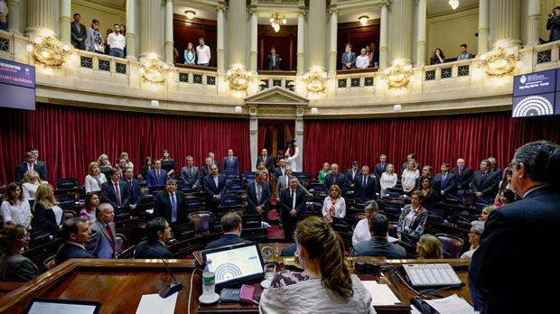 Tras más de trece horas de debate, el Senado sancionó anoche el proyecto del Gobierno