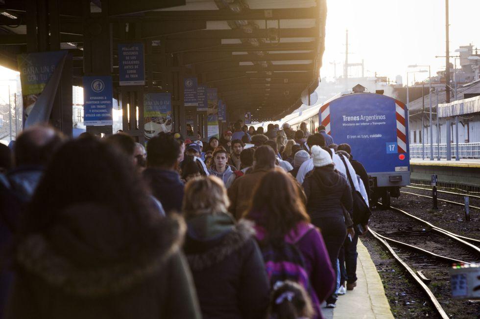 Pasajeros en la estación de trenes de Retiro, una de las más transitadas de Buenos Aires.