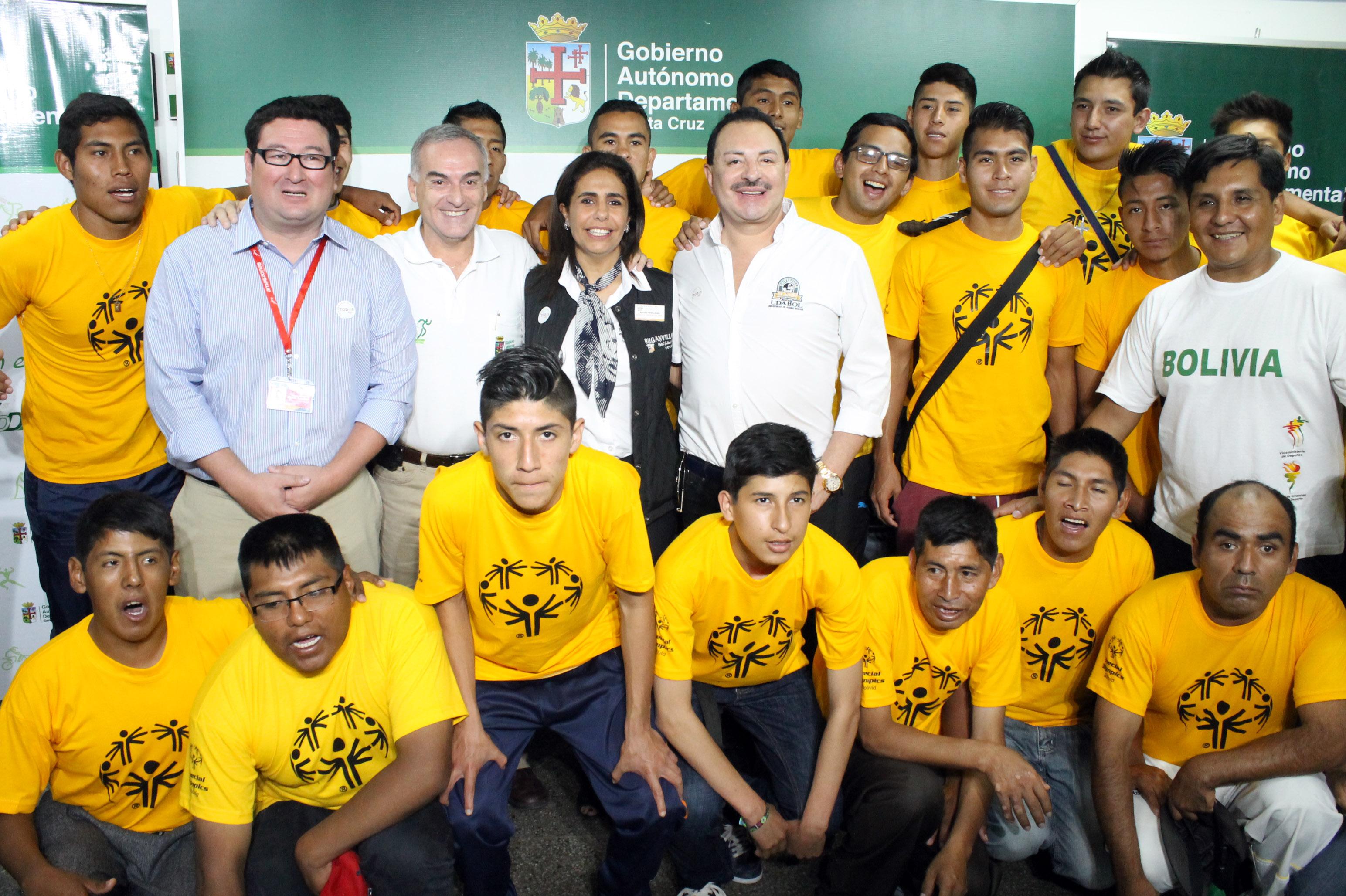 Delegación boliviana de fútbol junto a los auspiciadores