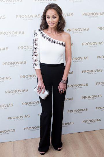 Isabel Preysler, con un conjunto en blanco y negro.