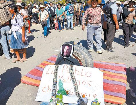 Medida. Productores de leche bloquean y protestan en la Av. Blanco Galindo de Cochabamba; fue ayer.