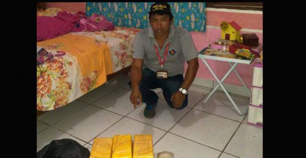 El fiscal José Luis Flores, de PuertoQuijarro, muestra los 13 paquetes que se incautaron en el domicilio de una pareja