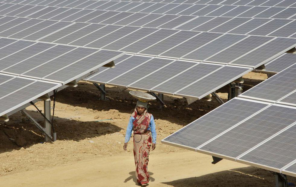 Un trabajador camina en la planta solar Naini de Allahabad, en el norte de India.