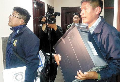 Inspección. Investigadores retiran material de la oficina del vocal Fernando Ganam. Fue el martes 29 de marzo.