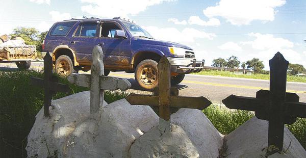las señales de la tragedia en el recorrido por cuatro vías el deber contó más de 50 cruces  Aquí murieron en octubre de 2011 Domingo, Meliza, Jéssica y Jorge Subirana en la ruta a Cotoca