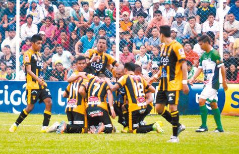 Los jugadores de The Strongest celebran de rodillas el único gol del partido anotado por el lateral Diego Wayar, ante la desazón de la afición local en Yacuiba.