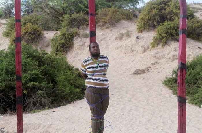 Hassan Hanafi, atado al poste de madera donde sería ejecutado