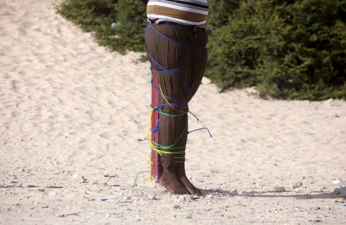 Las precarias ataduras con que fue sujetado al poste donde sería ejecutado por el escuadrón de fusilamiento del ejército de Somalía