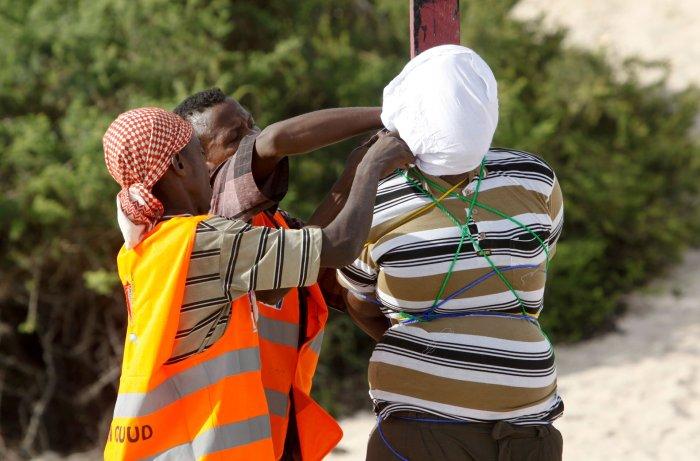 Un agente coloca una capucha blanca sobre la cabeza del sentenciado. Hanafi se unió a Al Shabaab en 2008, cuando ya Somalia estaba inmersa en el caos