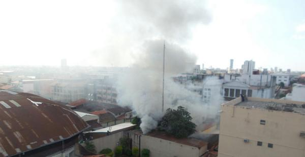 El incendio se produjo atrás del Coliseo Ingavi, en la calle Ayacucho