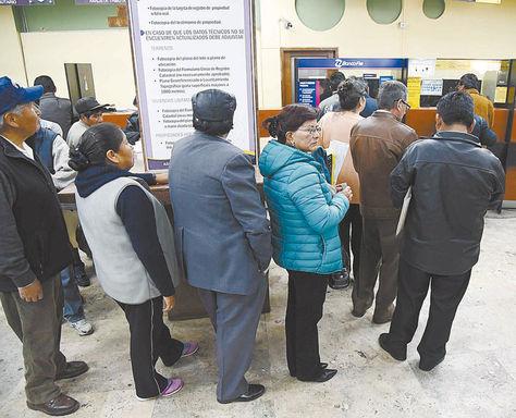 Contribuyentes. Paceños hacen filas para pagar impuestos en ventanillas ediles de la Mercado.