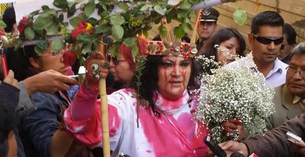 La activista llegó a plaza Murillo con un singular atuendo, semejante a la crucifixión de Jesucristo.