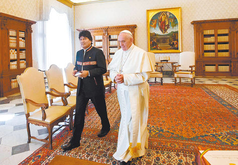Reunión. Francisco recibió a Evo Morales en la Biblioteca del Palacio Apostólico del Vaticano.
