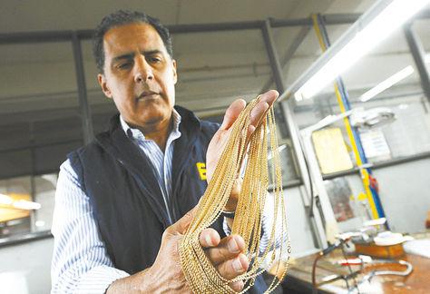 la paz. Un orfebre muestra una cadena de oro que se vende a EEUU. Foto: Eduardo Schwartzberg-archivo