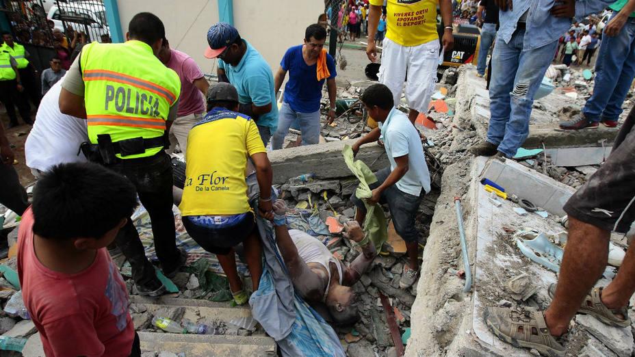 Pobladores rescatan un cuerpo entre los escombros en la localidad de Pedernales, Ecuador.