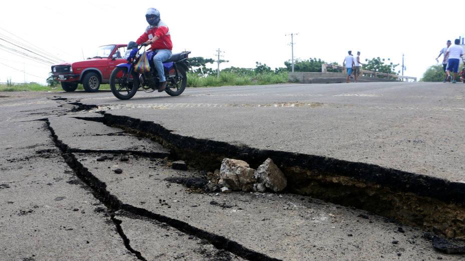 El fuerte sismo de 7,8 grados de magnitud destrozó vías e inmuebles en la cosa norte de Ecuador. AP