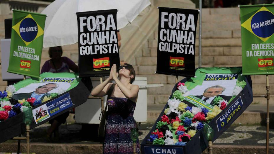 Oficialistas brasileños realizan una parodia del funeral del presidente de la Cámara de Diputados. AP
