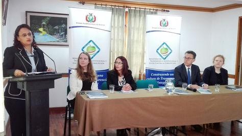La ministra de Transparencia, Lenny Valdivia, en el foro sobre el control de declaraciones juradas de bienes. Foto: Ministerio de Transparencia