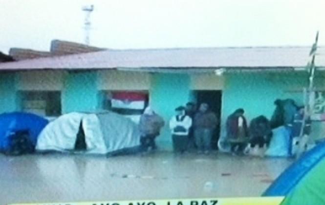 Fuertes lluvias impiden el avance de la caravana de personas con discapacidad hacia La Paz