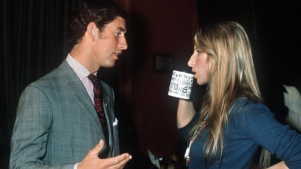 Carlos de Inglaterra y Barbra Streisand en su primer encuentro, en 1974