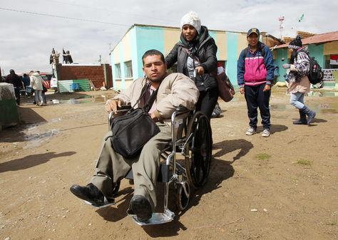 Personas con discapacidad descansando en una de las aulas del colegio de Ayo Ayo.