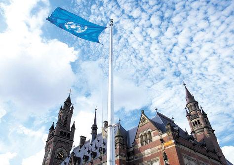 La Haya. Una bandera de la ONUflamea cerca del Palacio de la Paz.