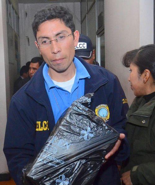 INVESTIGADORES POLICIALES TRASLADAN LA CAJA FUERTE INCAUTADA EN LA OFICINA DE MILTON MENDOZA.