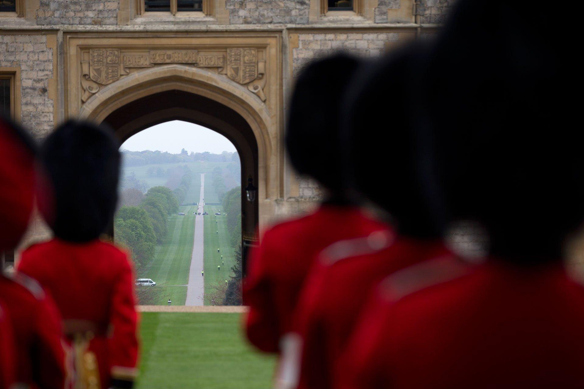 Los guardias reales esperan para la recepción del mandatario norteamericano.