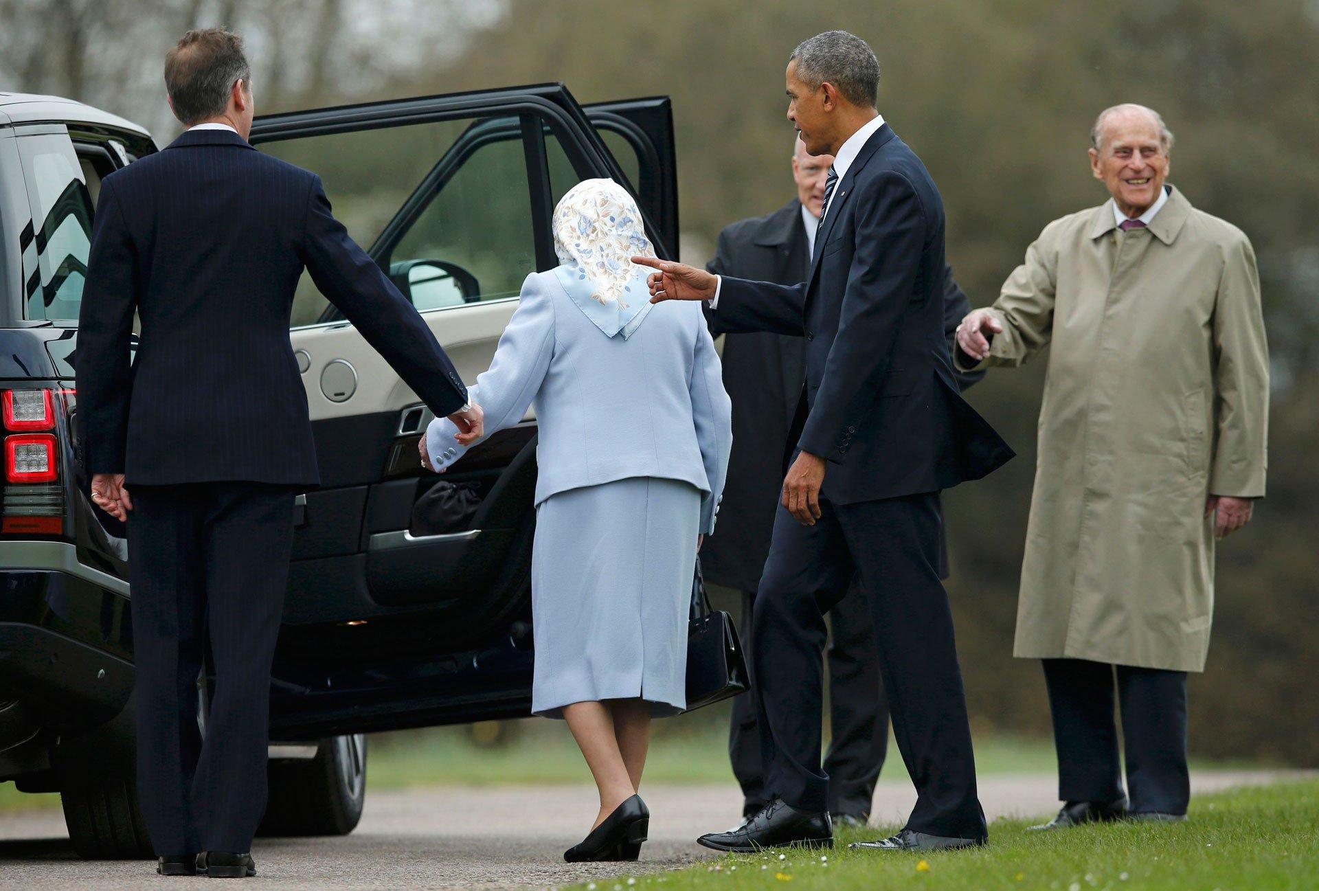En su lugar, el sonriente Duque de Edimburgo invitó los Obama a subir a su auto particular para el trayecto hasta el interior del castillo