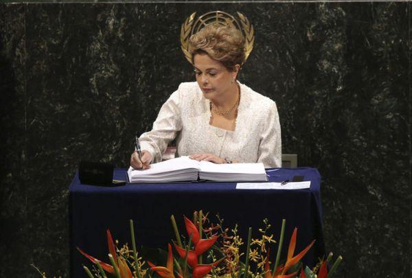 La presidenta de Brasil, Dilma Rousseff, firma el Acuerdo de París durante la ceremonia en la sede de la Naciones Unidas de Nueva York (EE.UU.)