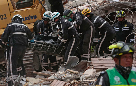 Los equipos de rescate recuperan un cadáver de entre los escombros en Manabí, Ecuador.