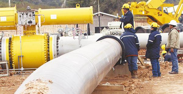 crisis en puertas los bajos precios del petróleo obligan a hacer ajustes  El transporte de gas y líquidos genera discrepancias en la estatal petrolera