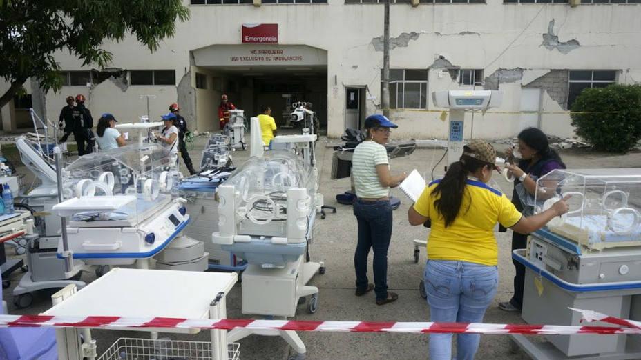 Las autoridades de Ecuador solicitaron la colaboración de un contingente español de rescatistas para recuperar el material especializado del Hospital General de Chone, en Ecuador. (Luismi Ortiz/Efe)