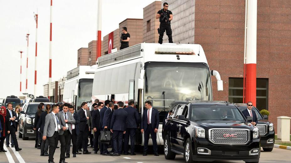 Según la cadenaCNNTürk, uno de los sospechoso había venido de Siria y pudo ser arrestado tras dos meses de seguimiento policial en una casa aislada de un solo piso, en la que se encontraron numerosos documentos relativos al grupo terrorista.