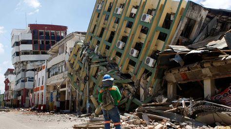 Una réplica de 6 grados en la escala abierta de Richter volvió a sacudir una zona del norte de la costa de Ecuador, en la que el pasado sábado ocurrió un terremoto de 7,8 grados que ha dejado al menos 480 muertos. Foto: EFE