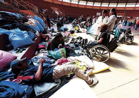 Reposo.Personas con discapacidad descansan en el coliseo Héroes del Chaco, hoy llegarán a La Paz. Foto: Alejandra Rocabado