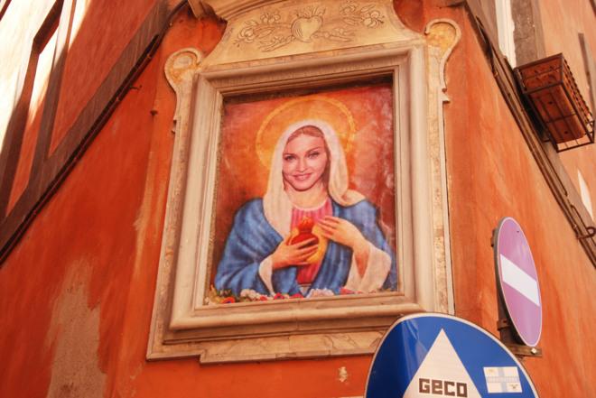 Pintan a la cantante estadounidense en la pared de una calle de la ciudad eterna como la Madre de Jesús.
