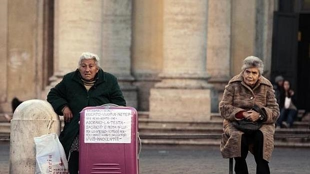 Dos mujeres indigentes en una calle de Roma