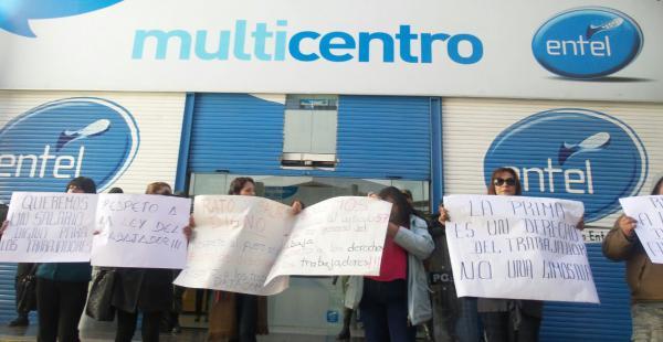 La protesta se instaló a las afueras de la infraestructura de esa empresa estatal. Los obreros están en huelga.
