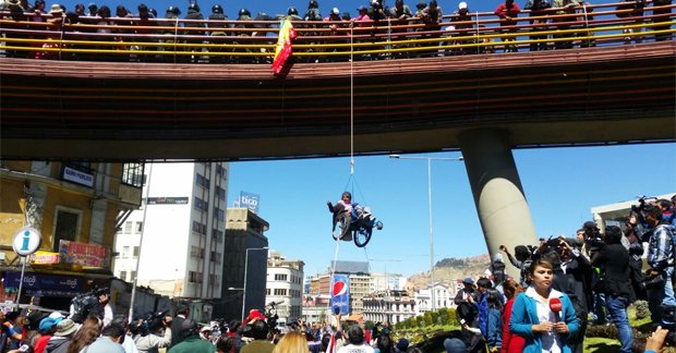 Photo published for Discapacitados toman puente de la Pérez Velasco y cuelgan a una persona